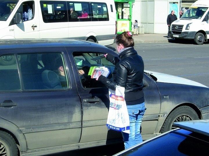 Раздача листовок автомобилистам – затратный, но очень эффективный способ рекламы