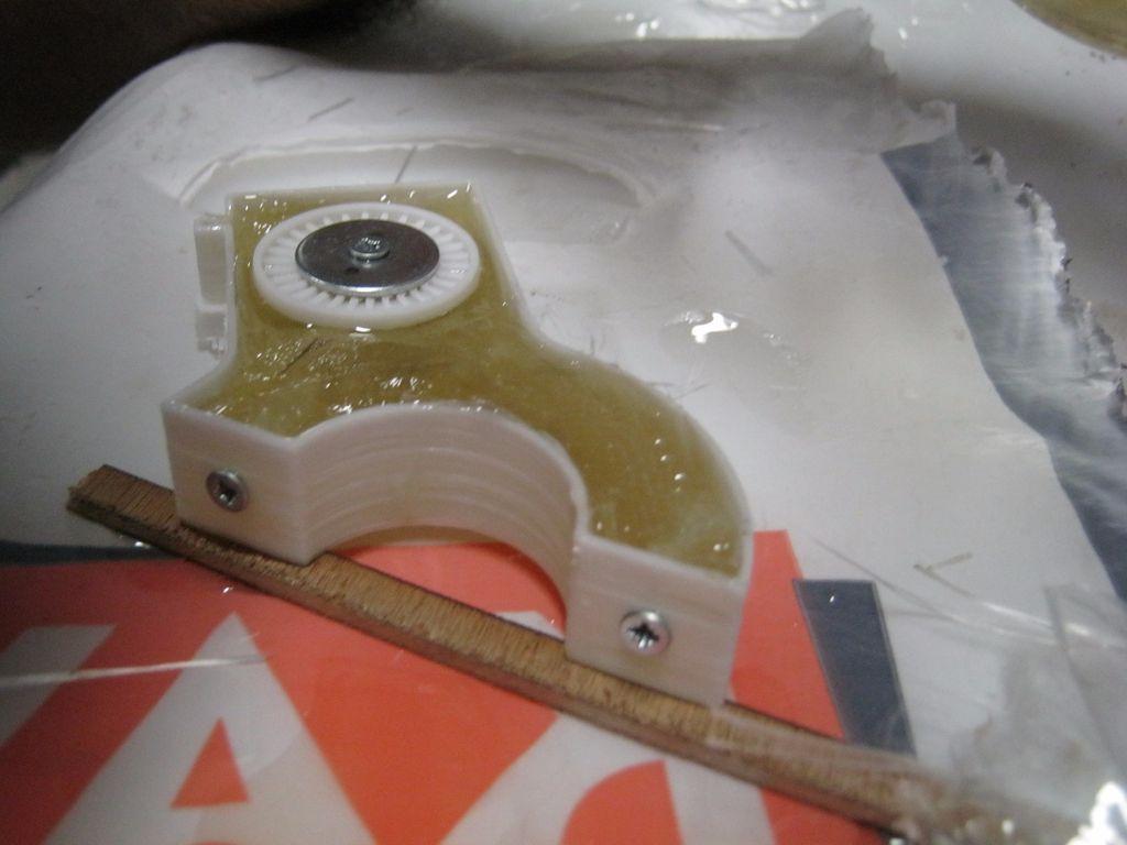 пластиковую деталь заливаем эпоксидкой