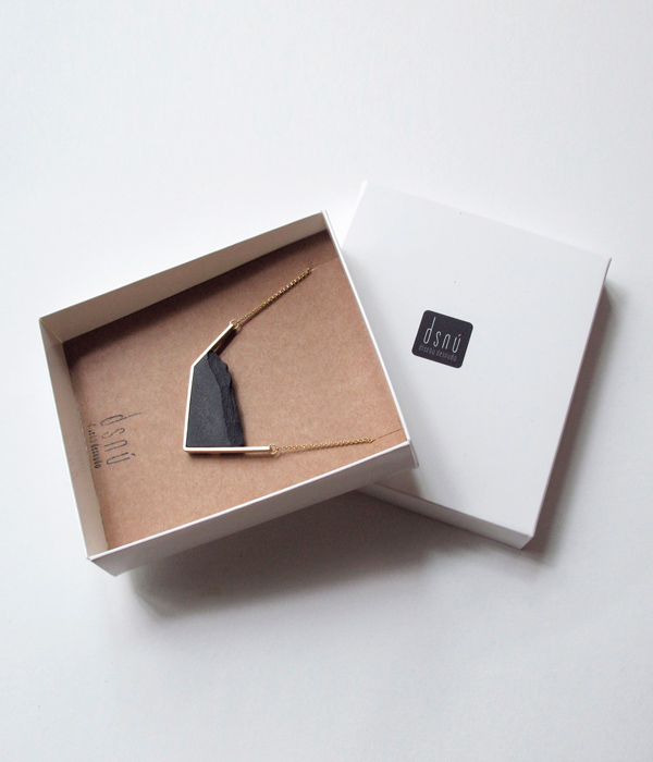 Колье-Horizon-Irregular-Black-от-бренд-DSNU-упаковка.jpg