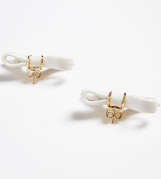 купите серьги-гвоздики из позолоченной латуни и фарфора Bow Little earrings от ANDRES GALLARDO