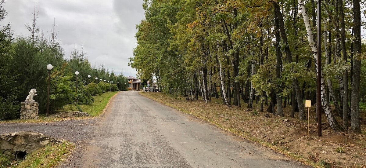 Асфальтированная дорога к поселку
