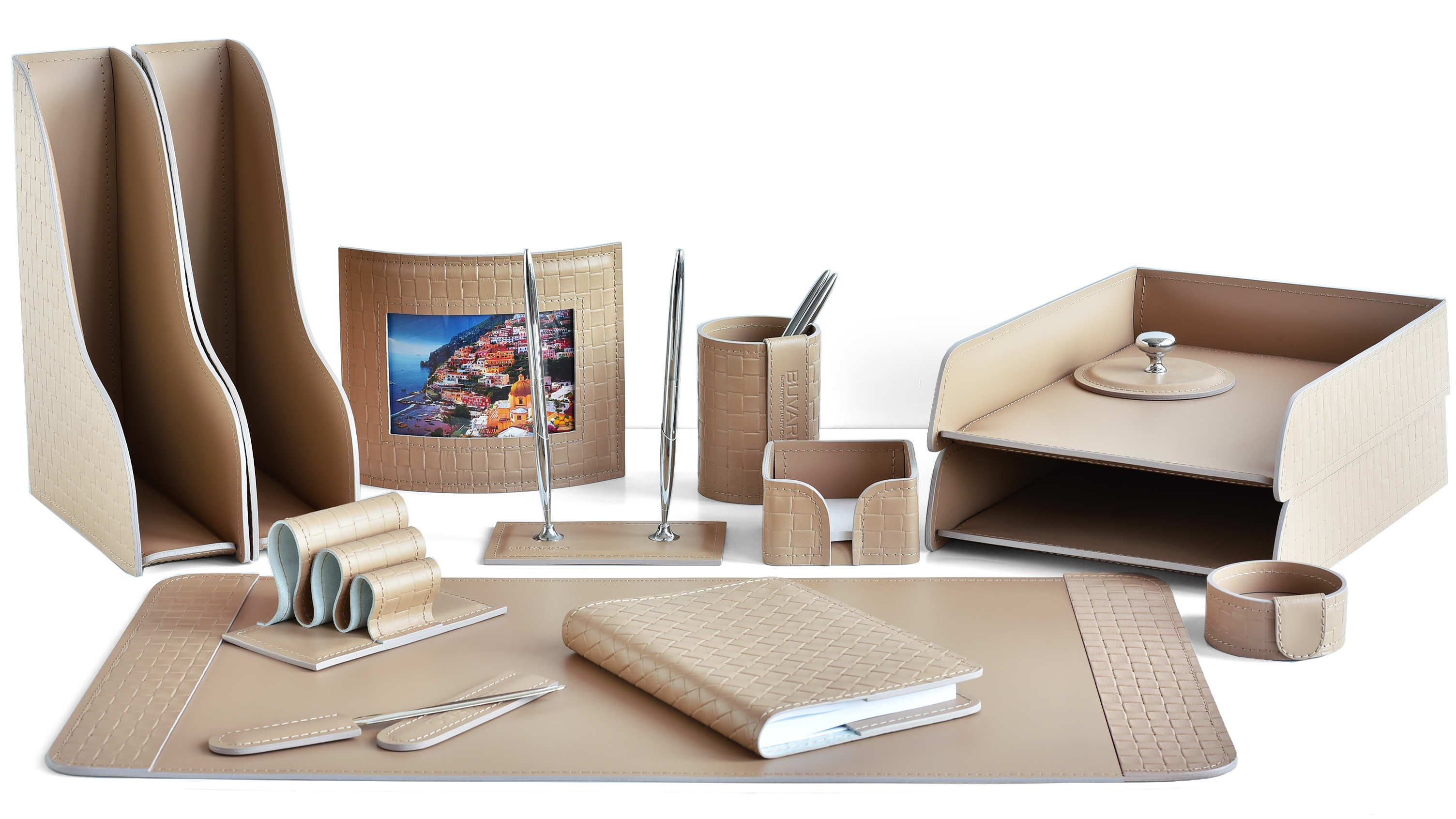Раздел каталога наборы на стол руководителя из кожи с тиснением под рогожку цвет какао.