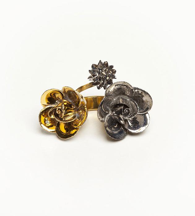 массивное кольцо из фарфора и позолоченной латуни от ANDRES GALLARDO -  Trio Grand Flower