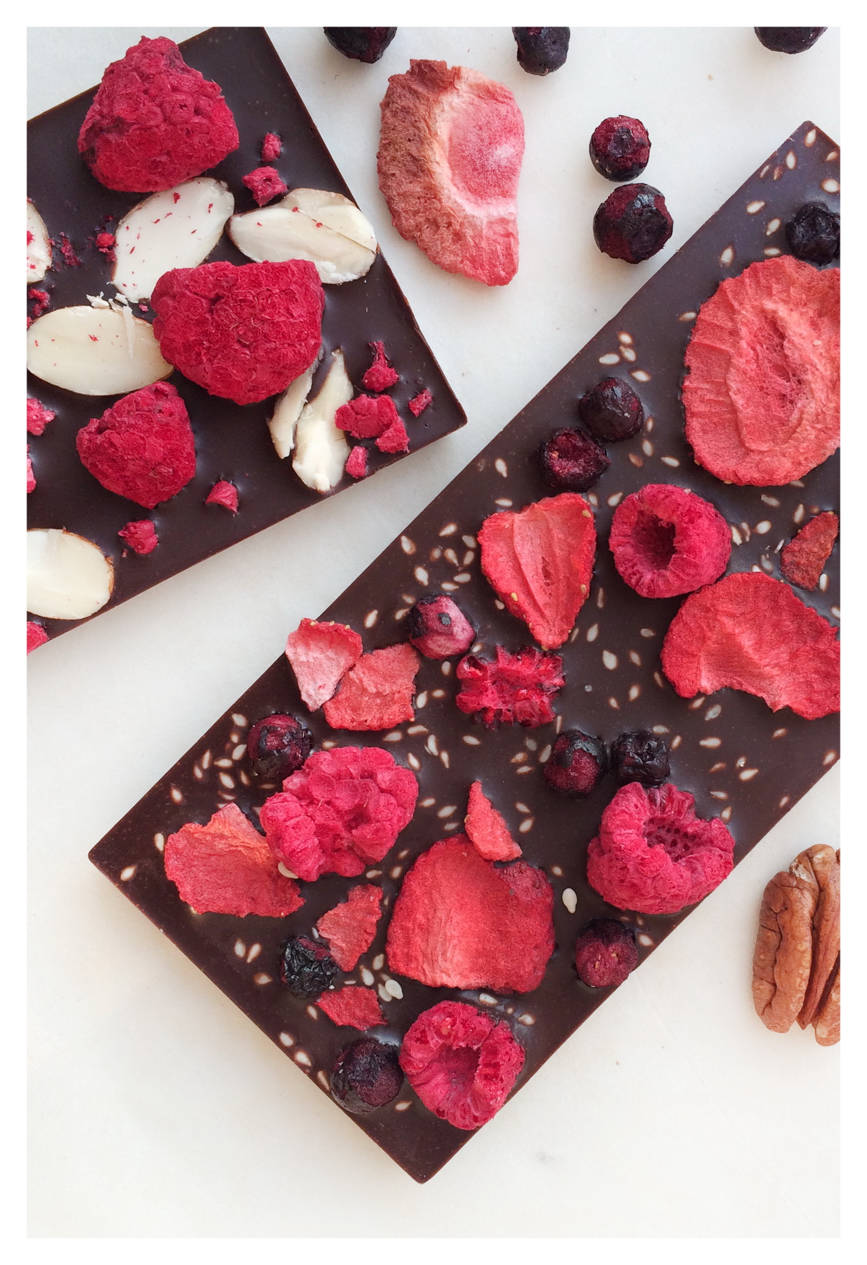 Шоколад с сублимированными ягодами малины клубники и черники