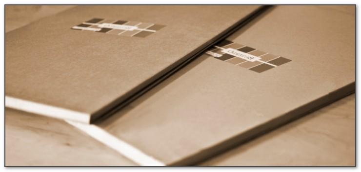 Коробки для кожаных бюваров достаточно жесткие, чтобы при транспортировке не помять сам бювар.