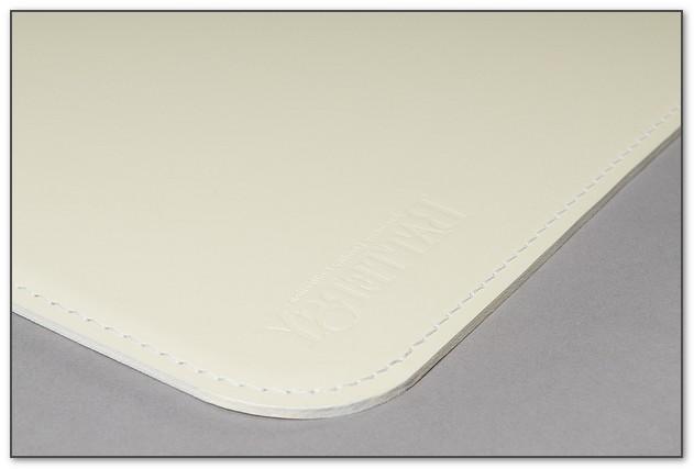 Белый кожаный бювар с тиснением.