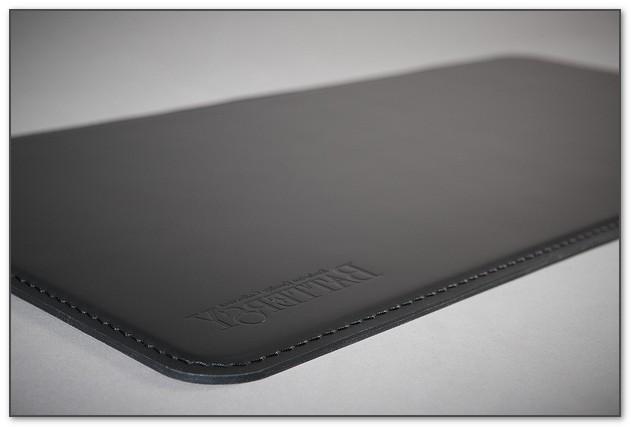 Черный кожаный бювар с тиснением.