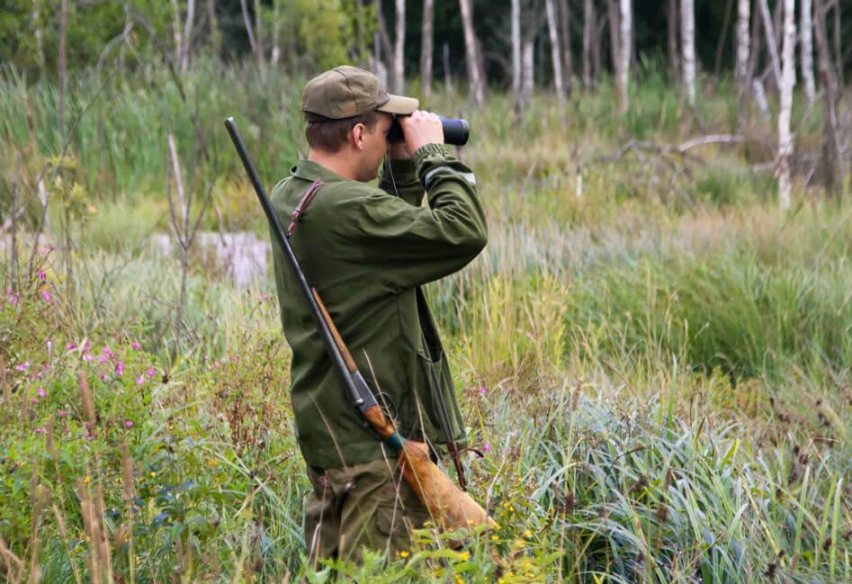 Охотник высматривает дичь в бинокль