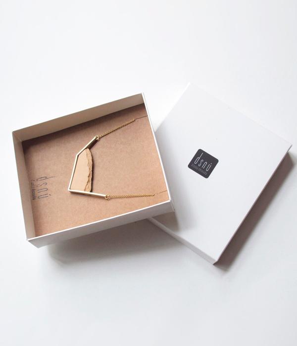 Колье-Horizon-Irregular-Pink-от-брендаDSNU-упаковка-.jpg