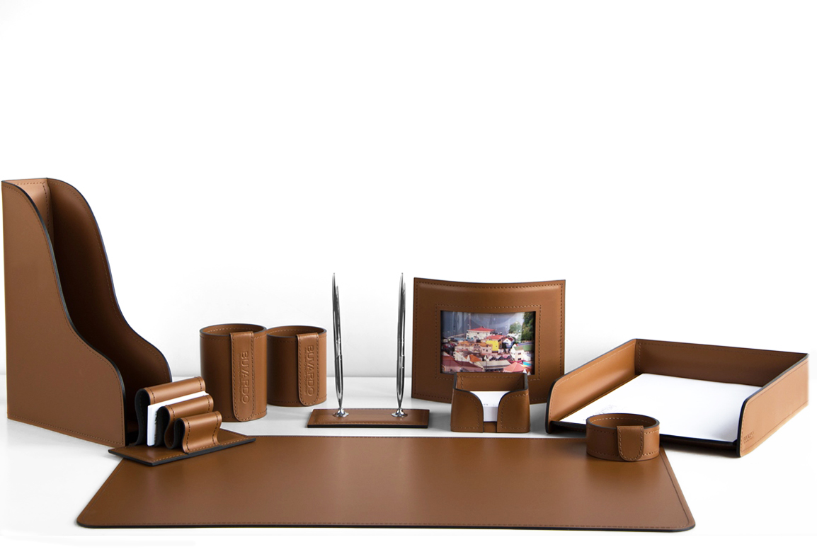 Набор настольныйв кабинет руководителяиз 10 предметов из кожи Сuoietto, цвет табак