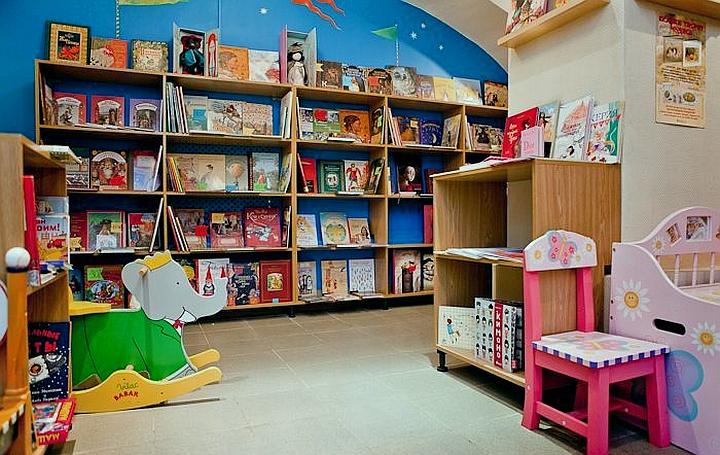 Визуально увеличить количество книг на полках можно, развернув их обложкой к посетителю