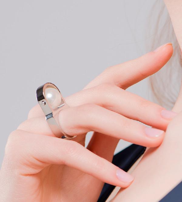 Кольцо-Pearl-Machine-Silver-от-бренда-A-L_epoque-на-модели.jpg
