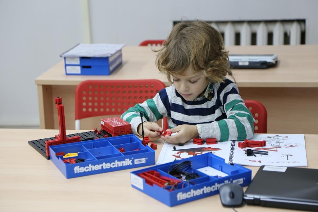 Дети собирают и программируют роботов на занятиях в центре Робокурс