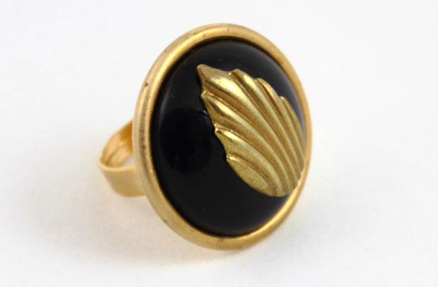 Купите круглое кольцо с черным кристаллом