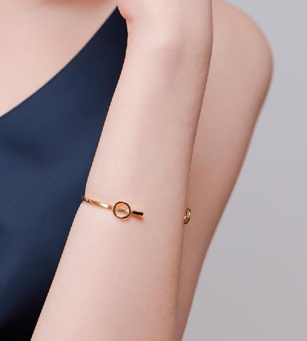 Браслет-Paint-Сircle-Gold-от-бренд-NUUK-на-модели.jpg