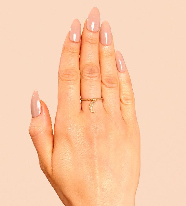 Кольцо-с-подвеской-New-Moon-Gold-от-бренда-Maria-Francesca-Pepe-на-руке.jpg