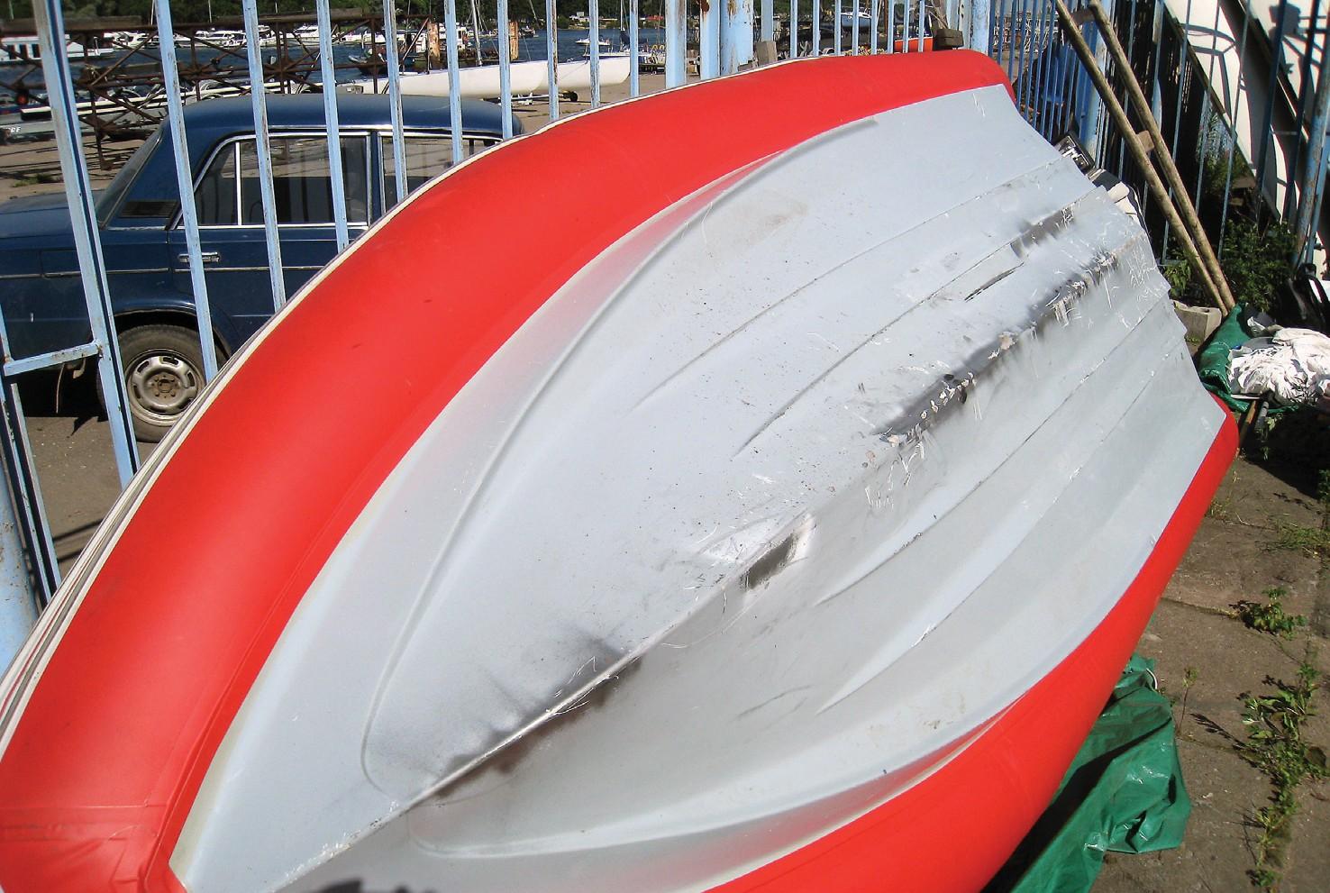Общий вид лодки перед началом работ. Видны не только сколы, но также «заплатки», ранее сделанные по предлагаемой нами технологии. Они, как можно заметить, выдержали удары лучше, чем родное декоративное покрытие – гелькоут.
