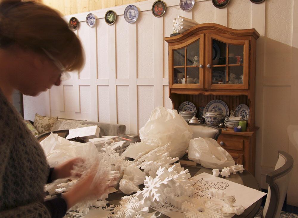 Клеим ёлку из пенопластовых снежинок.