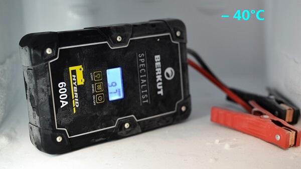 Конденсаторное пусковое устройство Berkut JSC-600C можно хранить в автомобиле