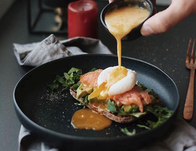 яйцо с копченым лососем