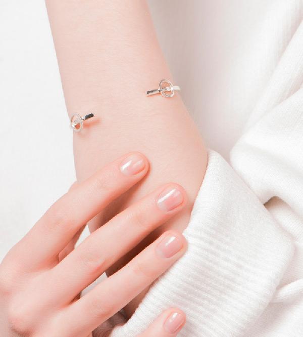 Серебряный_Браслет-Paint-Сircle-Silver-от-португальского_бренда-NUUK-на-модели.jpg