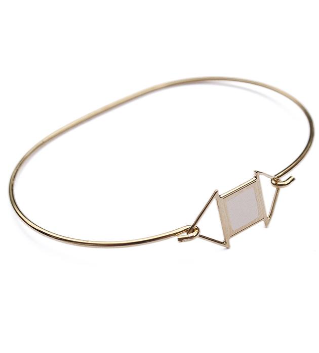 купите браслет золотого цвета Edwin с белой эмалью от Chic Alors-Paris