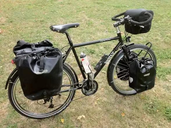 Велосипед с рюкзаками в походе