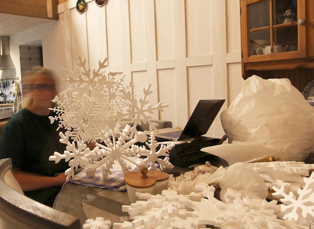 ёлка из пенопластовых снежинок.