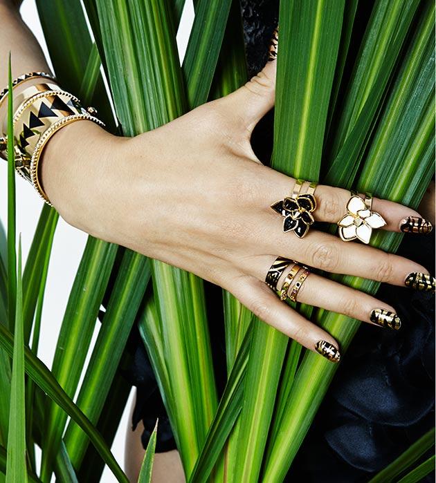 чёрно-золотое кольцо в форме цветка с эмалью от Maria Francesca Pepe