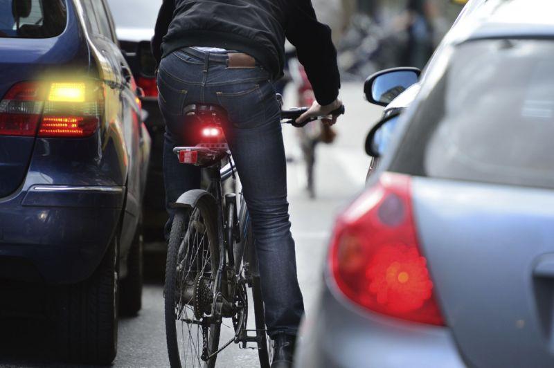 Велосипедист в потоке автомобилей