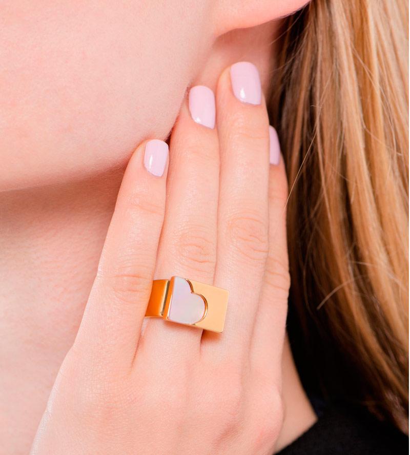 Массивное-кольцо-со-вставкой-из-перламутра-от-Sabrina-Dehoff.jpg