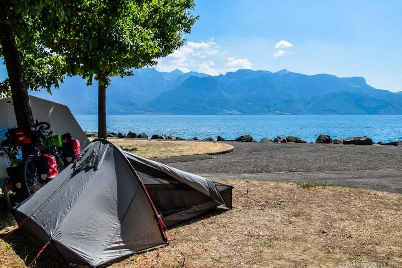 Велосипеды и палатка на берегу моря