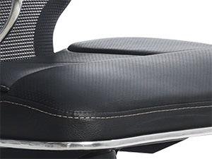 Вид обивки сиденья: кожаная из износостойкого перфорированного материала NewLeather* с прошивкой