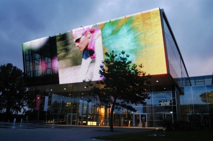 Облицовка полупрозрачным LED-экраном фасада торгового центра