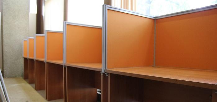 Колл-центр из столов с тканевыми экранами