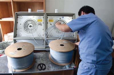 Процесс тестирования кабеля на производстве