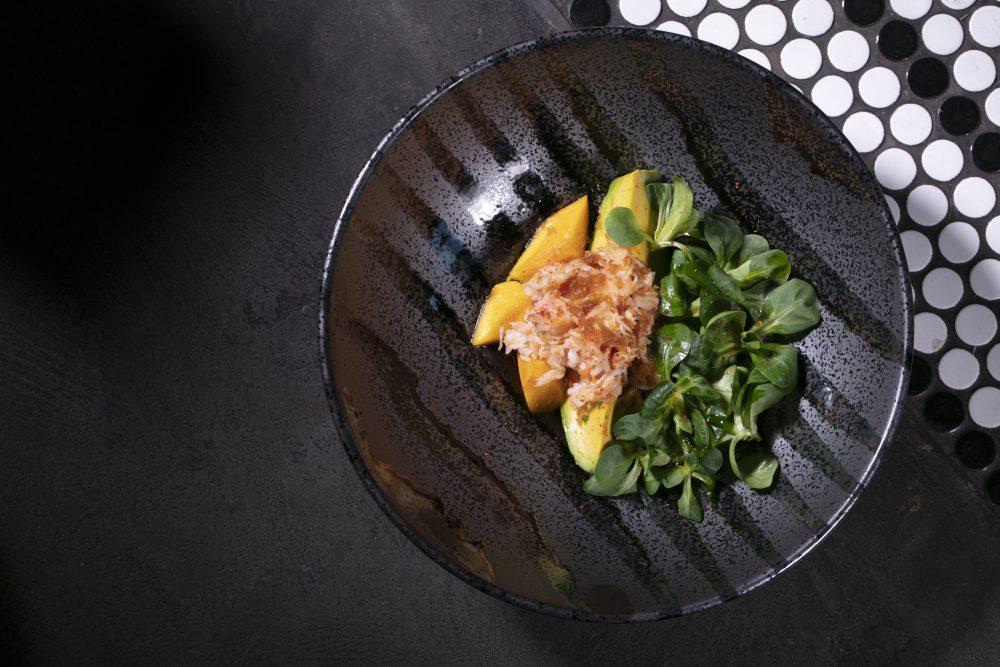 Рецепт от Гурмана: салат с крабом и манго