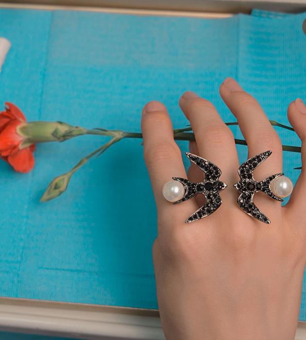 массивное кольцо Swallow Jet с кристаллами и жемчужинами Swarovski от Schield