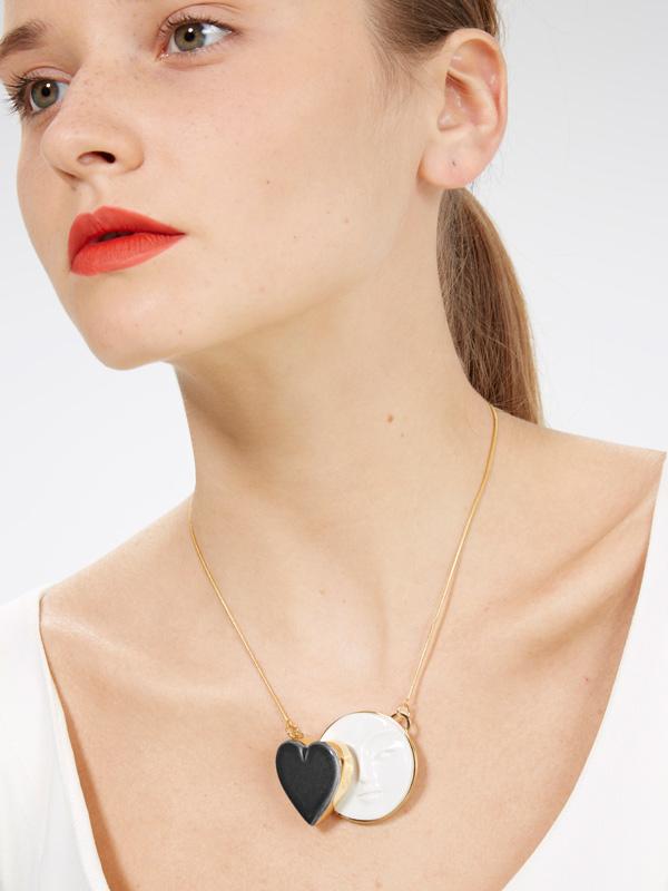 Колье-Moon-Black-Heart-от-дизайнера-Andres-Gallardo.jpg