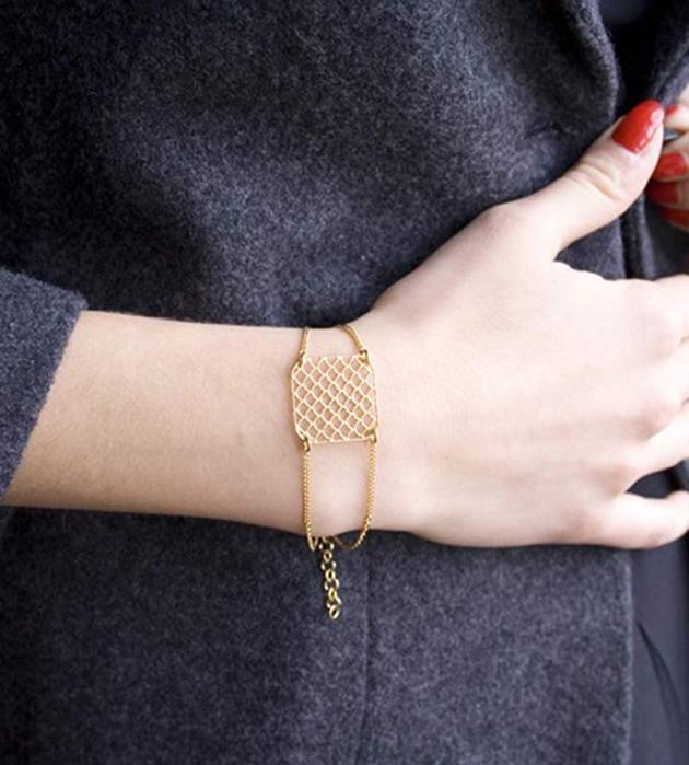 Изящный браслет золотого цвета на цепочках AJOURE ALMA от Chic Alors-Paris