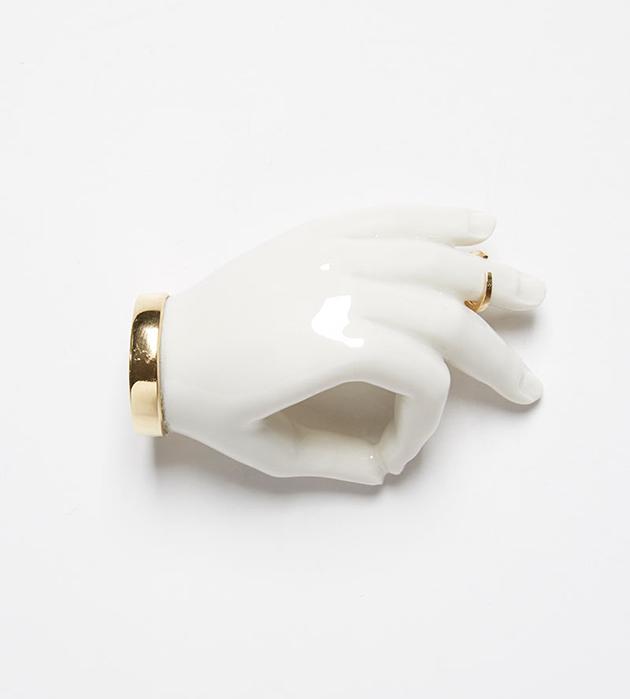купите сюрреалистичная брошь Hand Pin от ANDRES GALLARDO