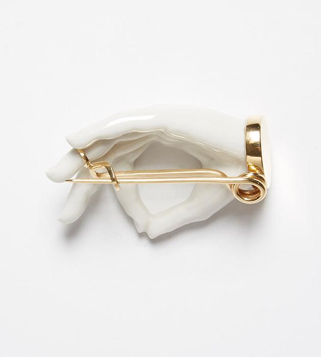 необычная белоснежно-золотистая брошь Hand от ANDRES GALLARDO