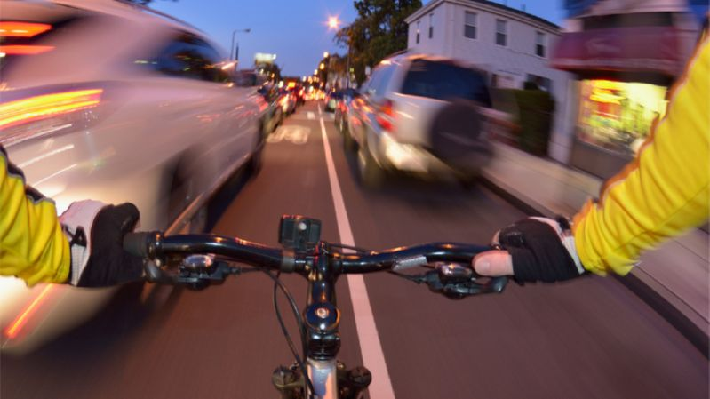 Велосипедист среди машин