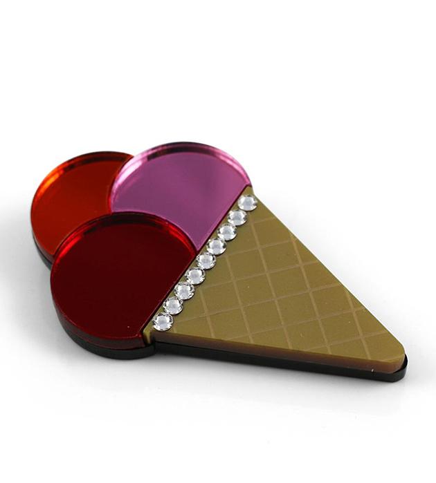 купите эффектную брошь из плексигласа Triple Ice Cream Cone Pink Brooch от Jennifer Loiselle
