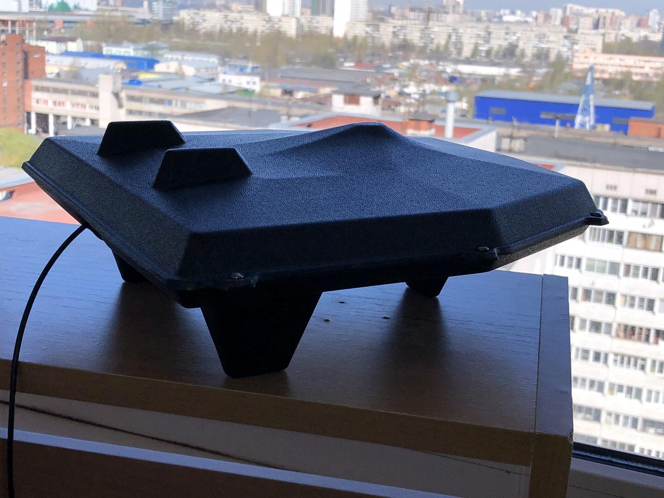 Купите мощную антенну Т-3320, которая разработана именно для этого случая!   Для чего: Для телевизора или ТВ тюнера с функцией цифрового ТВ стандарта DVB-T2.   Встроенный усилитель. Антенна применяется в ситуации, когда направление на передающий центр известно точно и есть возможность направить на него антенну. Работает на прямом ТВ сигнале в условиях города и ближнего пригорода до 30 км.