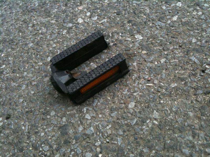 сломанная пластиковая педаль