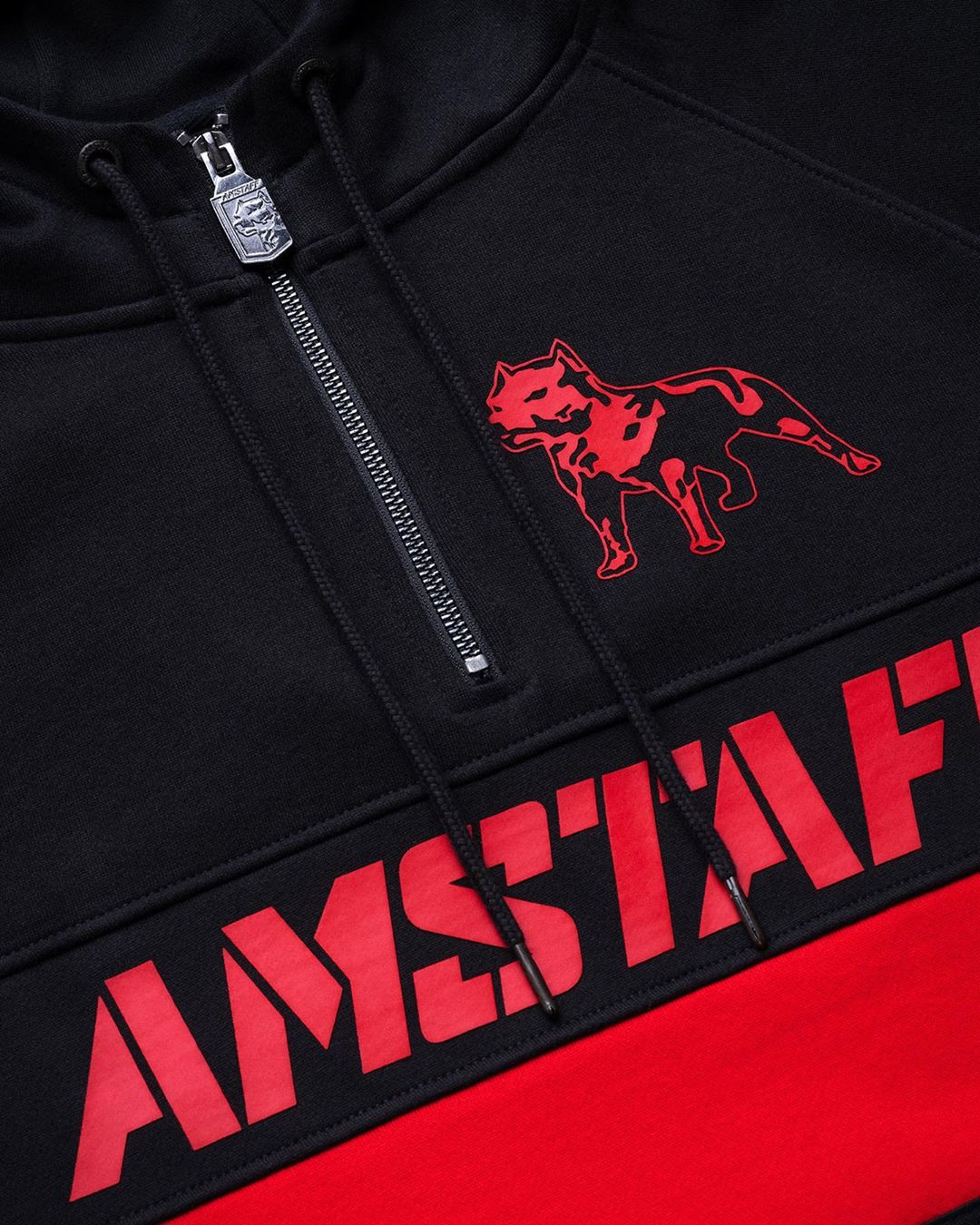 Черный спортивный костюм +с красными полосками