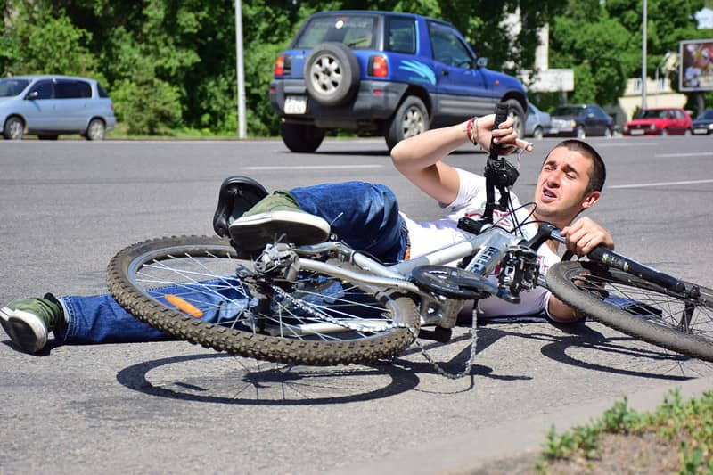 Авария с велосипедистом на дороге