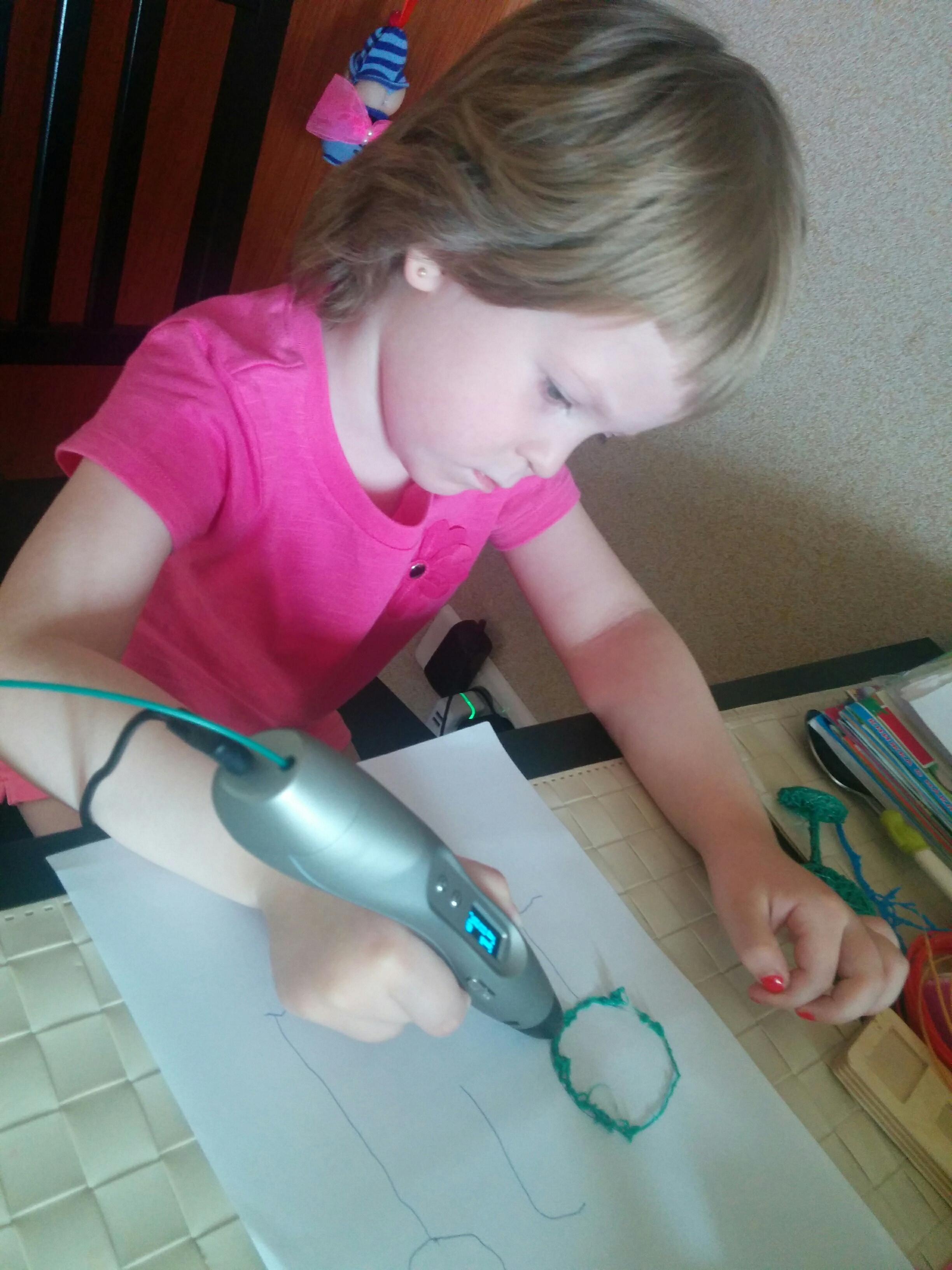 ребенок рисует 3d-ручкой