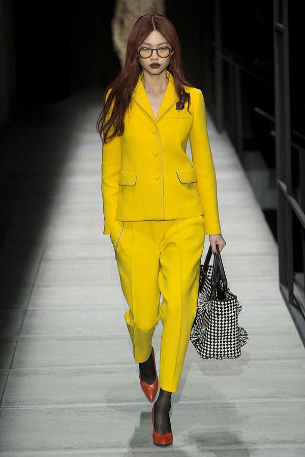 Яркий желтый цвет в современных костюмах